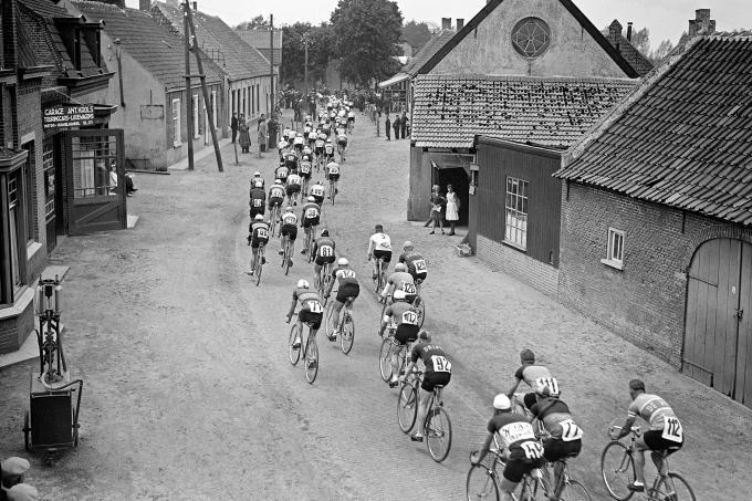 Een van de foto's die beschikbaar is voor de ANP-fotowand. - De wielerwedstrijd de Acht van Chaam in 1939. Foto: ANP