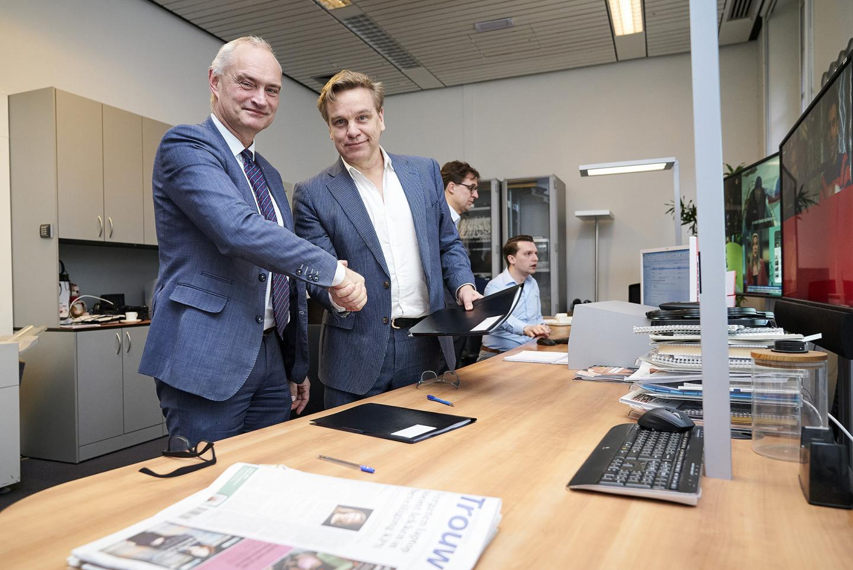 Erik den Hoedt en Martijn Bennis tijdens de ondertekening. Foto door Phil Nijhuis