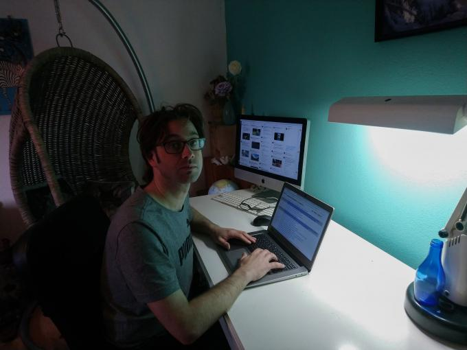 Nachtredacteur Luc aan het werk vanuit huis.