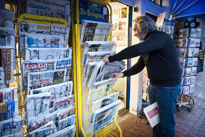 Een krantenrek van kiosk De Lektuurhal in het centrum van Leeuwarden. ANP / Hollandse Hoogte / Kees van de Veen