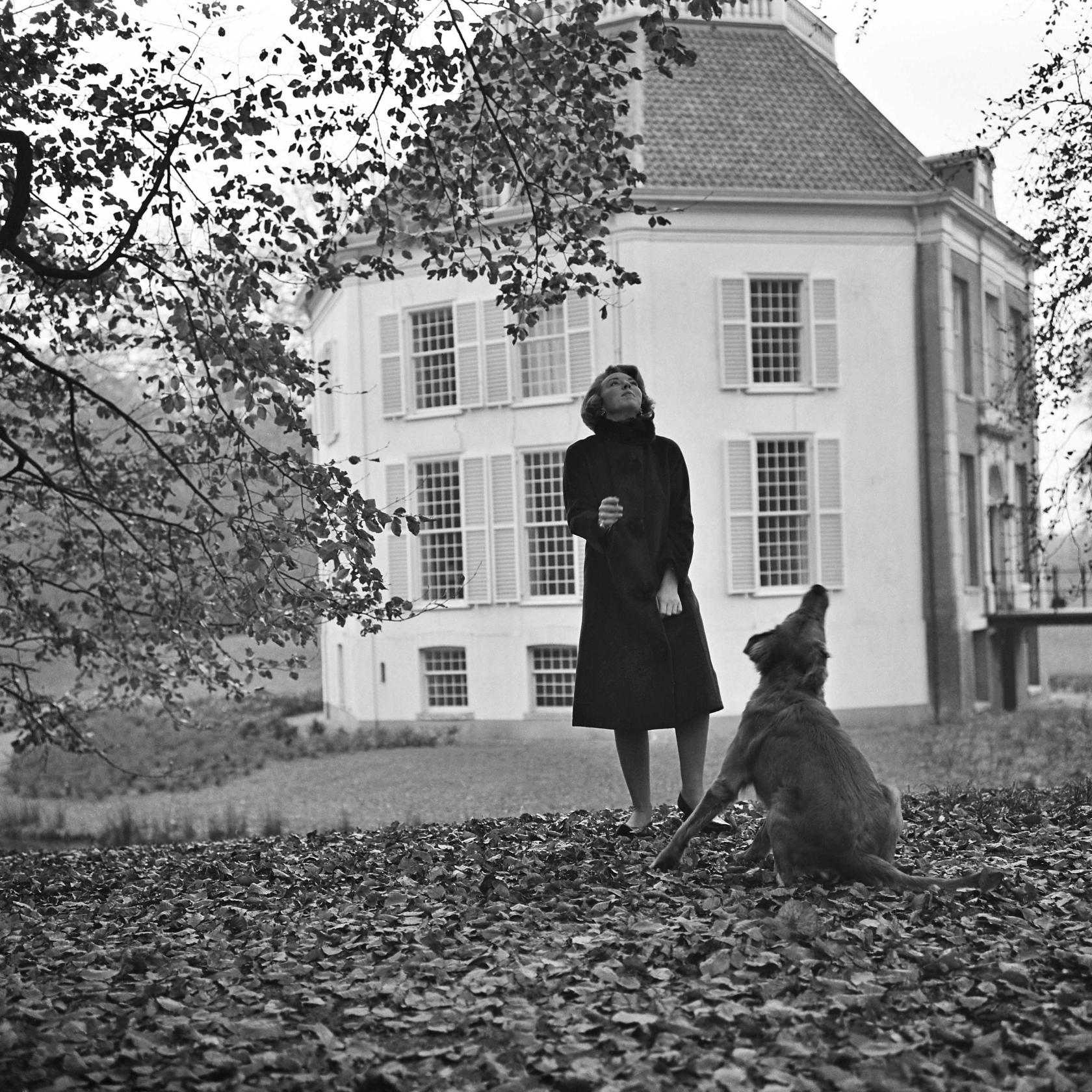 Prinses Beatrix met haar hond Joris in de tuin van kasteel Drakensteyn in 1964.