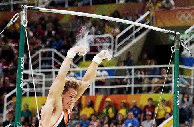 Epke Zonderland valt van rekstok tijdens de toestelfinale op de Spelen in Rio. ANP / Robin Utrecht
