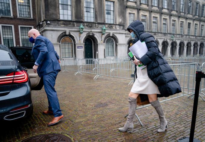 Verkenner Ollongren haast zich naar het dienstauto. Op leesbare papieren onder haar arm staat 'positie Omtzigt, functie elders'. Foto: ANP / Bart Maat