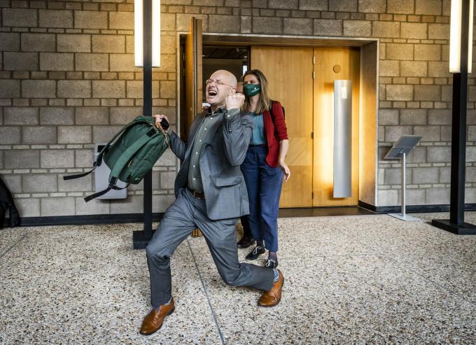 Donald Pols, directeur Milieudefensie, juicht na de uitspraak van de rechtbank. Foto: ANP/ Remko de Waal