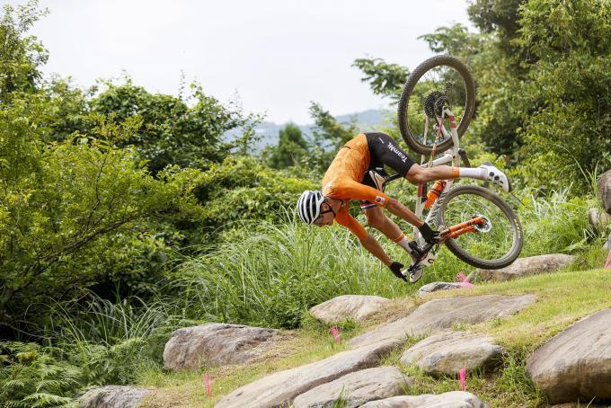 Een van de tien geselecteerde foto's voor de maand juli. Mathieu van der Poel tijdens zijn val op de Spelen. Foto: ANP / Robin van Lonkhuijsen