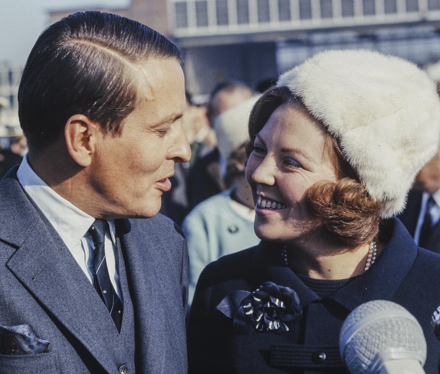 Claus en Beatrix bij terugkomst van hun huwelijksreis in 1966