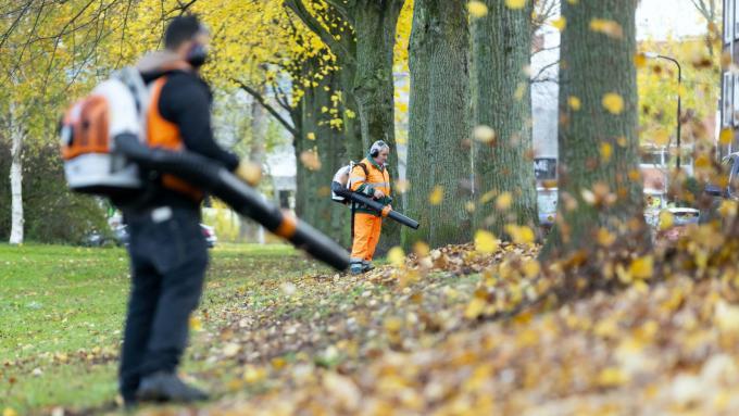 Gemeentes zijn druk bezig met het verwijderen van bladeren. Foto: Laurens van Putten