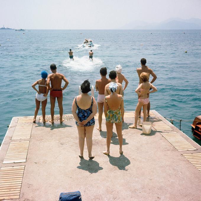 In de jaren vijftig staat een groepje mensen vanaf de pierin Cannes te kijken naar waterskiërs. Foto: ANP / Maria Austria Instituut / Sem Presser