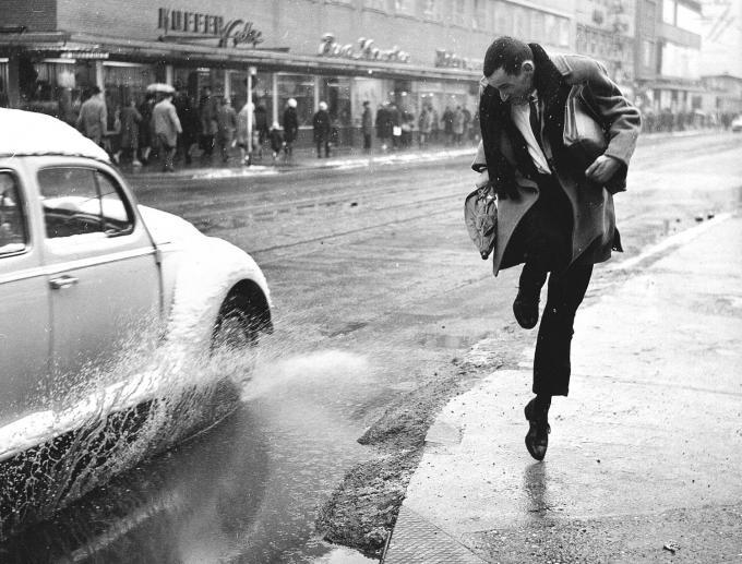Regen op straat, 1963. Foto door ANP.