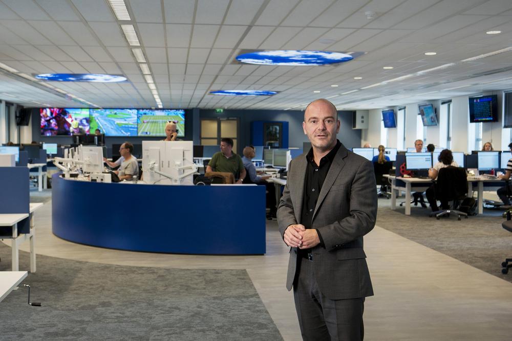 Hoofdredacteur Freek Staps op de redactie. Foto door Roel Rozenburg