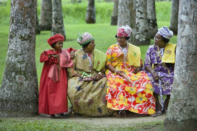 Creoolse vrouwen in Kotomisi jurken, de nationale klederdracht in Paramaribo, 2012. Foto door Frans Lemmens