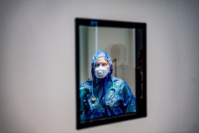 Een zorgmedewerker op de IC van het Amphia ziekenhuis volledig ingepakt om coronapatiënten te  behandelen. Door Robin Utrecht