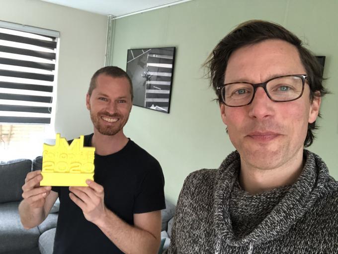 Remco Koers met zijn Jos van Leeuwen Jong Talent-award in zijn hand en presentator Bart Maat voor de opname van de podcast.