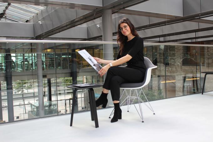 Projectmanager Loredana Vulcano met een van de kunstfoto's uit de fotowinkel in haar hand.  Foto: Jorien de Waard