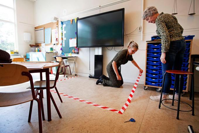 Docenten van de Maria School in Hoorn bereiden hun lokaal voor. Foto: Olaf Kraak