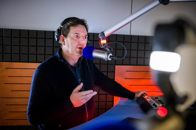 Robert-Jan Knook aan het nieuwslezen in de radiocel op de redactie. Foto: Kees van de Veen