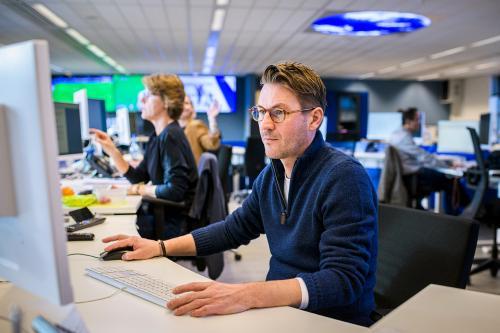 Redacteur aan het werk op de nieuwsredactie van het ANP. Foto door Kees van de Veen.
