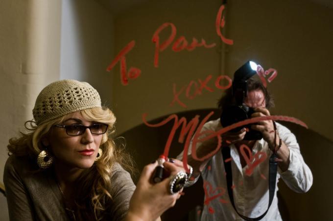 Jazz-zangeres, pianist en singer-songwriter Melody Gardot schrijft een bericht aan fotograaf Paul Bergen met lippenstift op de spiegel.