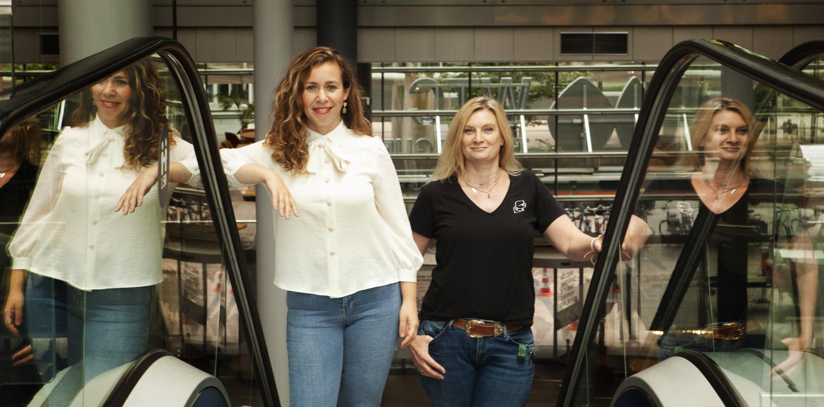 Pelin & Karin op de roltrap van het WTC in Den Haag.