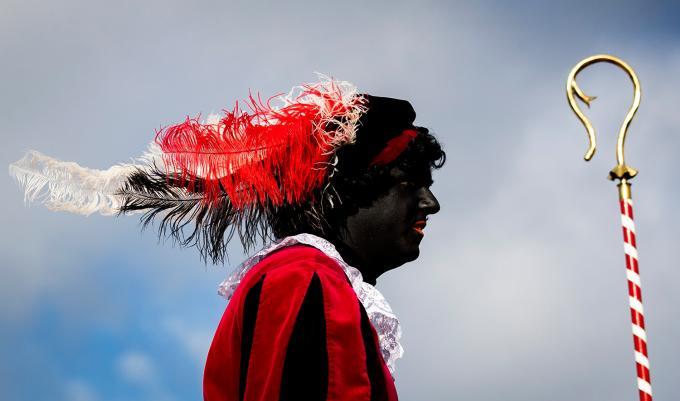 Een Zwarte Piet in het Friese dorp Grou tijdens de intocht van 2019. Foto: ANP / Koen van Weel