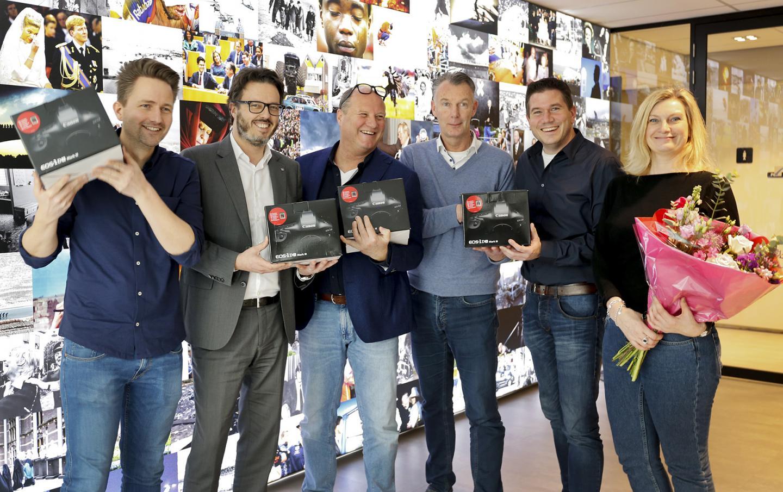 De fotografen met hun nieuwe aanwinsten. Foto door Stephan van den Bos.
