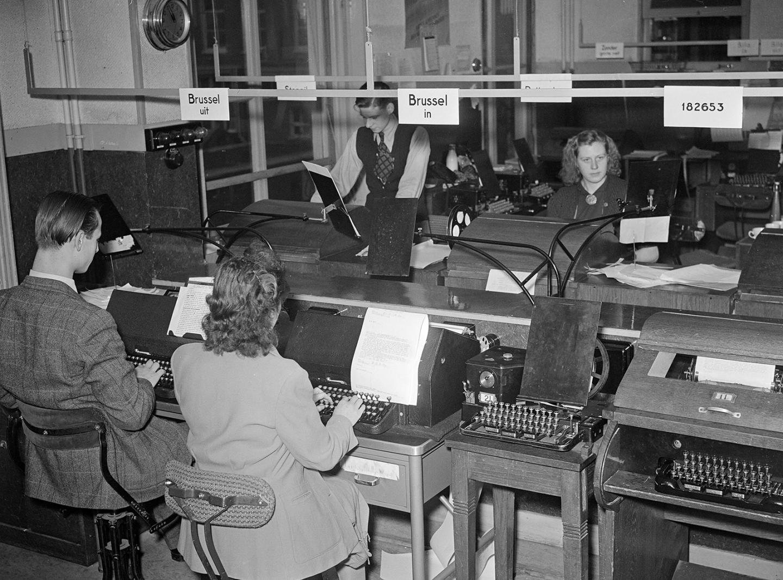 Overzicht van de telexkamer van het persbureau ANP in Den Haag in 1949.