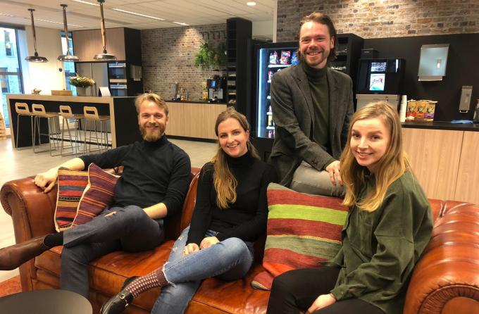 De trainees Remco, Anne, Sjoerd en Renske  - voor het coronavirus - op de redactie van het ANP in Den Haag.