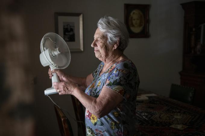 Oude dame blijft binnen omdat het buiten veel te heet is. Foto: Patricia Rehe