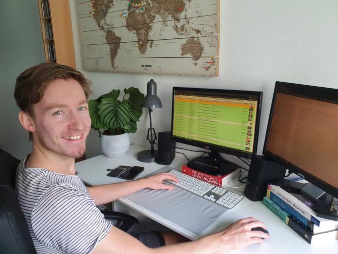 Entertainmentredacteur Davy Leeuw aan het werk vanuit huis.